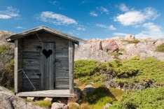 outhouse-1522547_1920